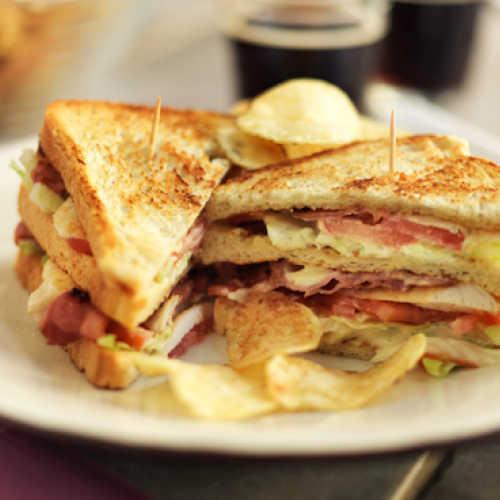 Club sandwich kanalla ja pekonilla