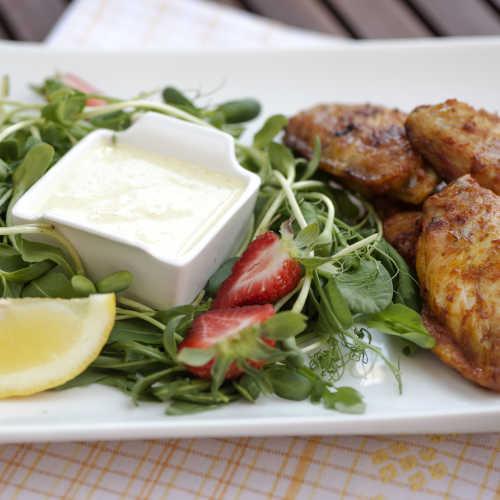 Kananpojan Hunajasiivet, currydippiä ja kesäsalaattia