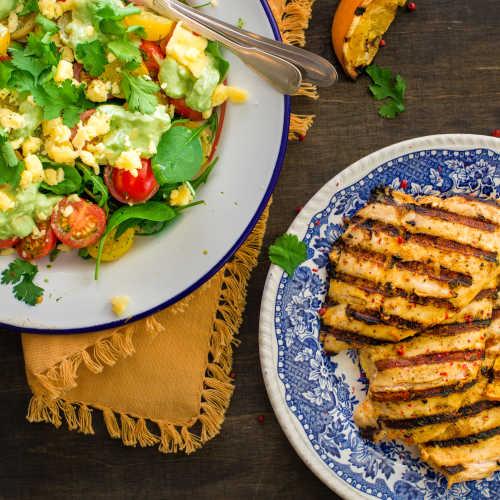 Kanapihvit, cheddarsalaatti ja avokadokastike