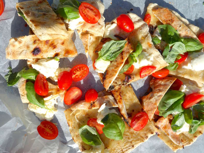 Kana-caprese pizza grillissä