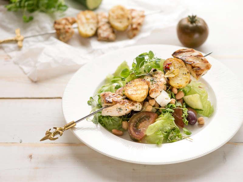 Kana-perunavartaat ja kreikkalainen papusalaatti