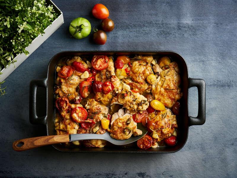 Uunissa paahdettua kananpoikaa, tomaattia ja parmesaanijuustoa