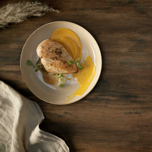 Paistettua kananpojan fileetä, korianterinsiemenillä maustettua porkkanapyreetä ja tummaa rakuunakastiketta