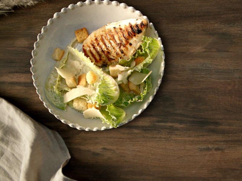 Grillattua kananpojan fileetä ja caesar-salaattia