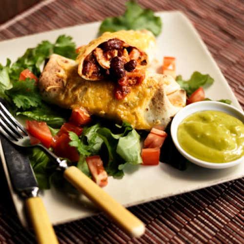 Cheddarjuustolla kuorrutetut mausteiset kanawrapit