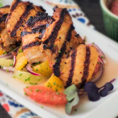 Hunaja-bbq  paistileikkeet ja raikas sitrussalaatti