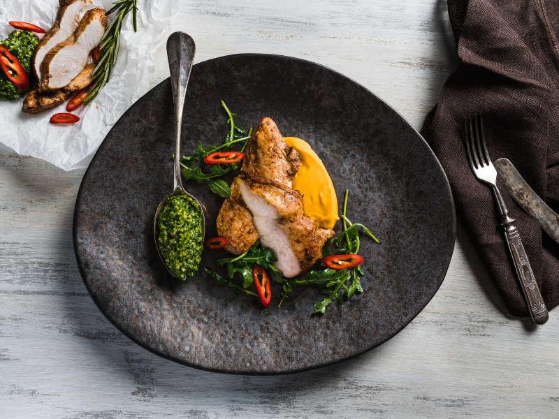 Paistettua kananpoikaa, porkkanapyrettä ja rucolapestoa