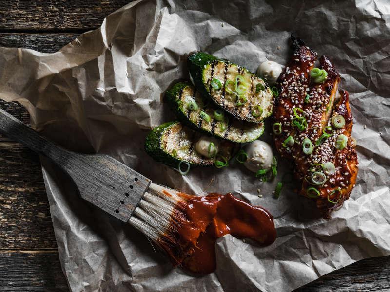 Gochujang kananpoikaa, grillattua kesäkurpitsaa ja seesamimajoneesia
