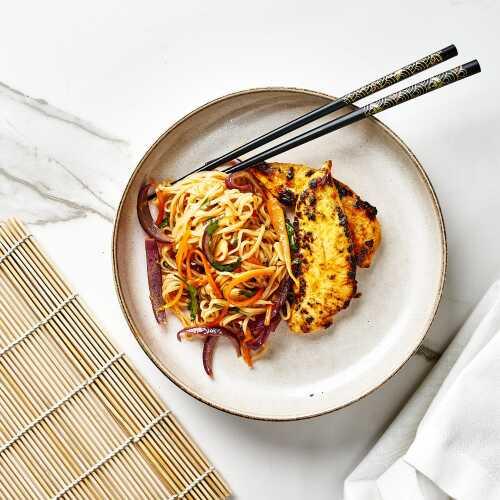Kananpoikaa ja nuudelia sweet-chilikastikkeessa