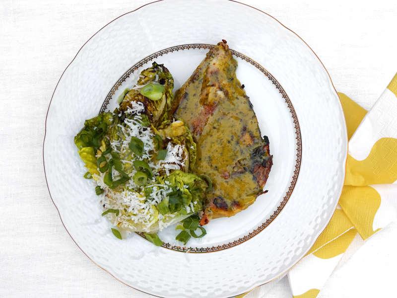 Grillattuja kananpojan Delipihvejä, sydänsalaattia ja paahdetulla valkosipulilla maustettua leipää