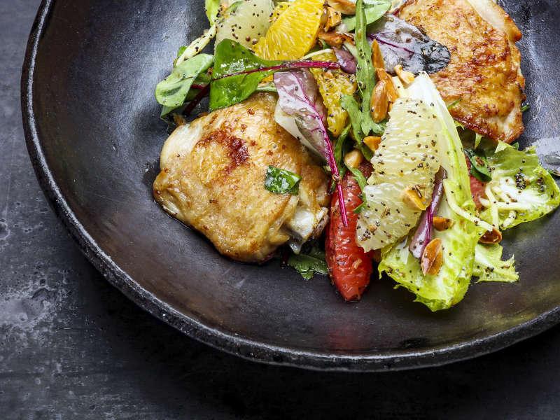 Paistettua kananpoikaa ja kolmen sitruksen salaatti