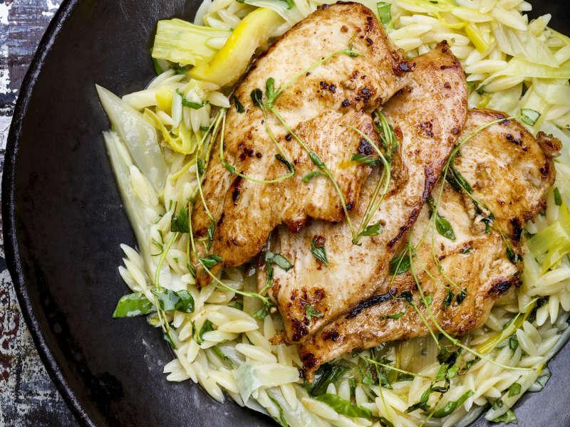 Paistettua kanaa, fenkolia ja orzo-pastaa