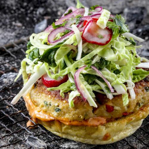Thai-burgeri ja aasialainen salaatti