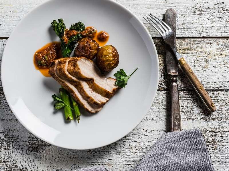 Rosmariinilla maustettua kananpoikaa, paahdettuja varhaisperunoita ja pariloitua broccoliinia