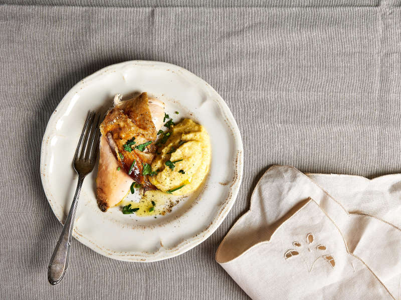 Suolakuoressa paistettua kokonaista kananpoikaa ja parmesaanipolentaa