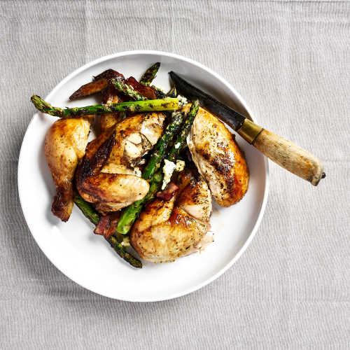 Paistettua kananpoikaa, vihreää parsaa ja sinihomejuustoa