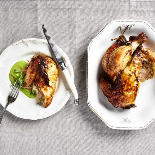 Kokonaisena paistettua kananpoikaa ja hernepyreetä