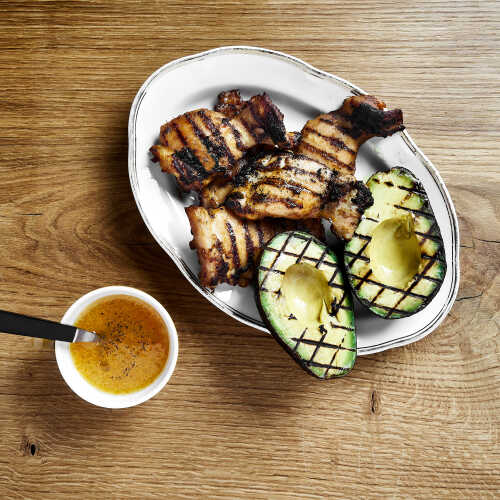 Grillattuja kananpojan paistileikkeitä, avokadoa ja appelsiini-hunajavinegrettiä