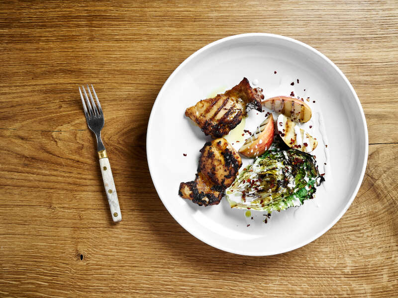 Mausteista kananpoikaa, grillattua salaattia ja sinihomejuustodressingiä
