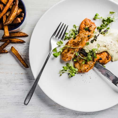 Karpalo-rosmariinimaustettua kananpoikaa, bearnaisekastiketta ja itsetehdyt ranskalaiset