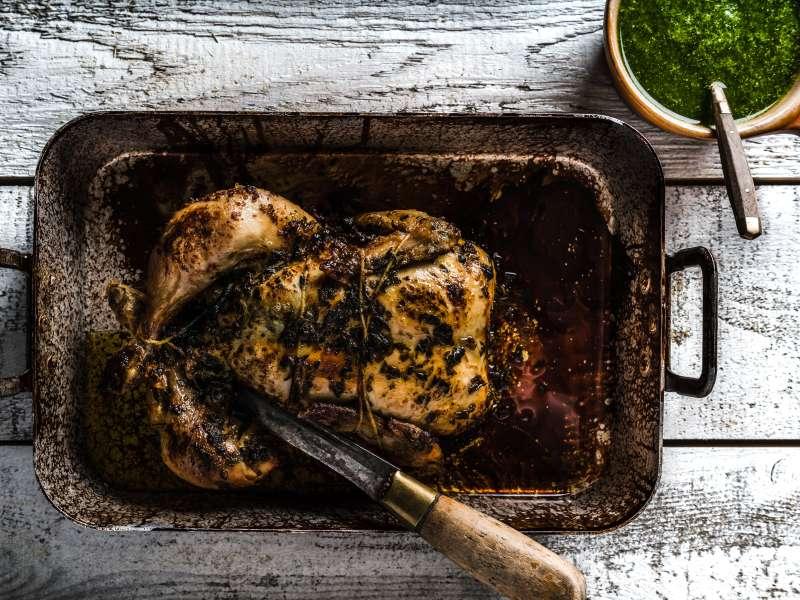 Kokonaisena paistettu yrttinen kananpoika ja pistoukastiketta