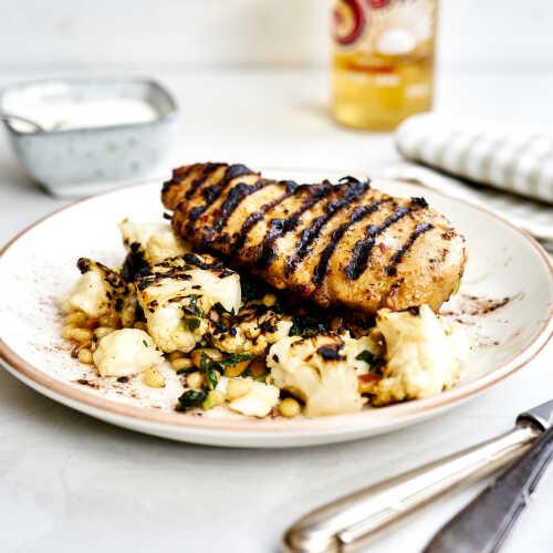 Grillattua kananpoikaa, lämmintä kukkakaalisalaattia ja hunaja-timjamijogurttia