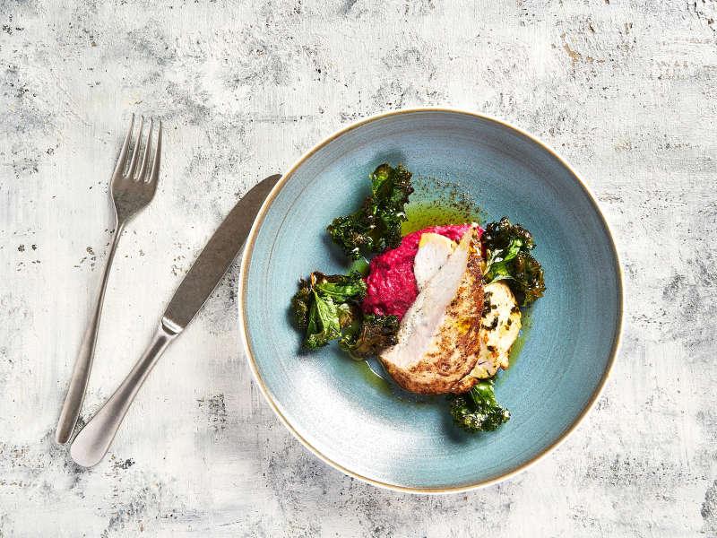 Nopeat kananpojan pihvit, punajuurihummusta ja lehtikaalia