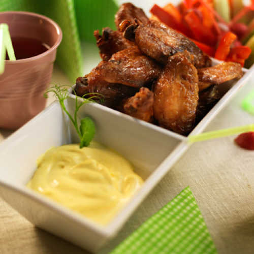 Hunajaiset kanansiivet, banaani-dippikastiketta ja dippivihanneksia