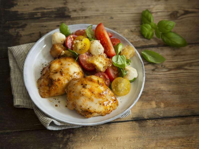 Mausteista kanaa ja tomaattisalaattia