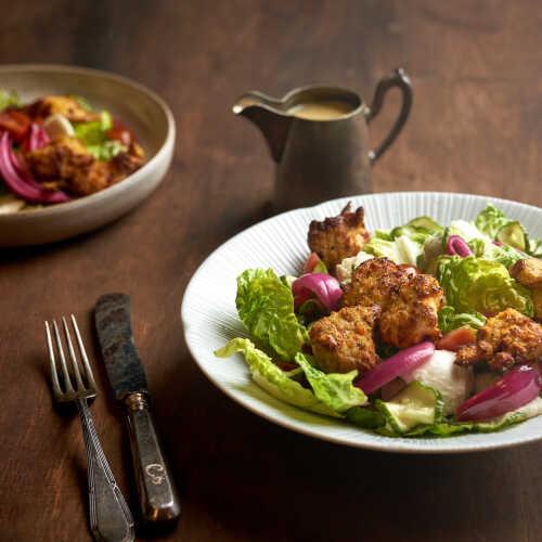 Rapeaa kananpoikaa, salaattia ja hovimestarinkastiketta
