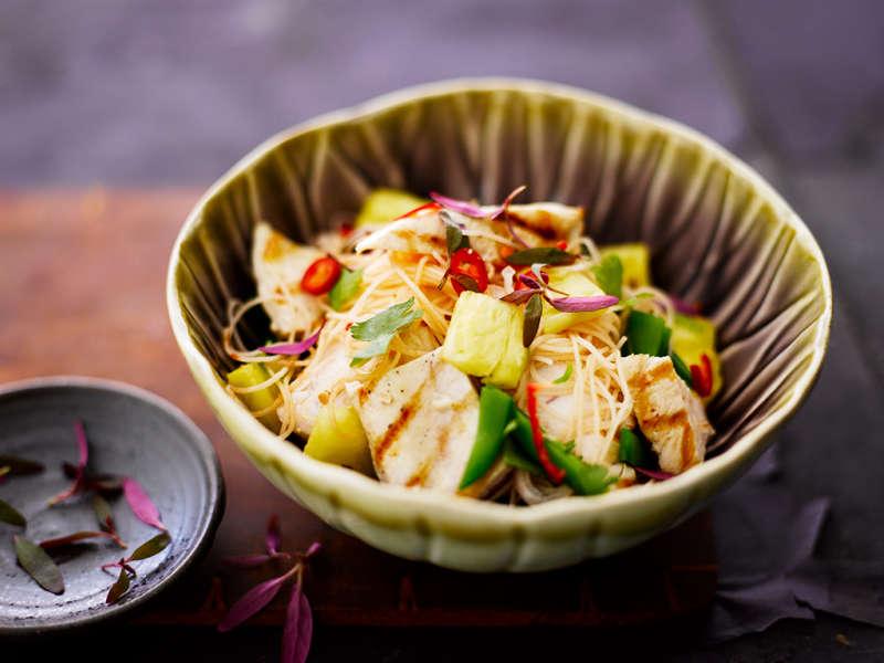 Thaimaalainen kananuudelisalaatti