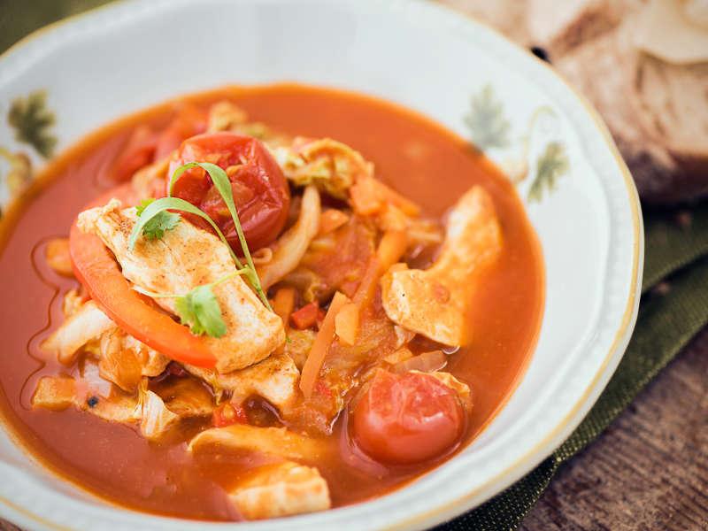 Tomaattinen kana-kaalikeitto