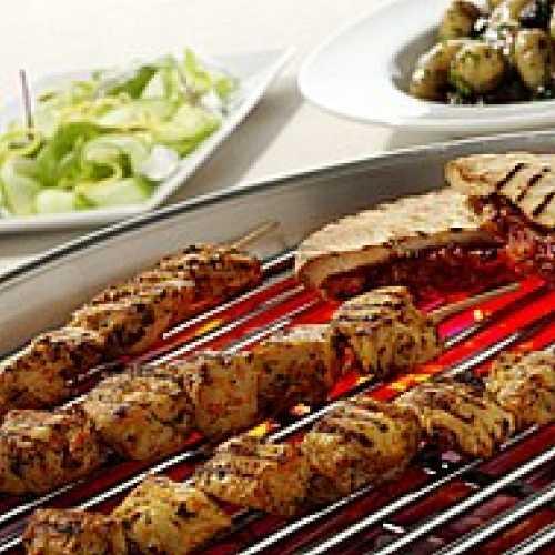 Grillatut kanavartaat, pitaleipä ja tuorekurkkusalaatti