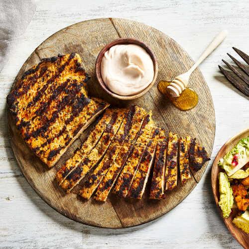 Kalkkunan ranch-pihvi, hunajaglaseerattua bataattia ja salaattia