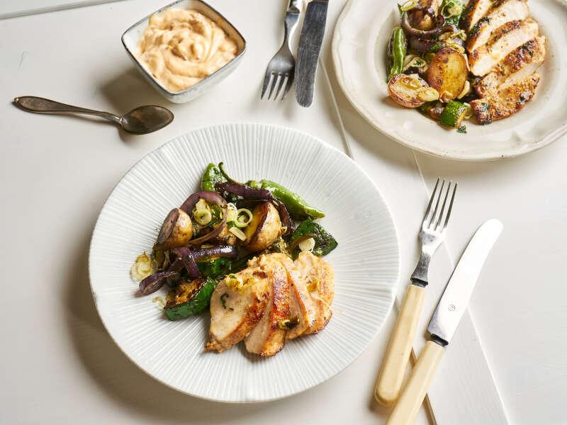 Kananpoikaa ja vihanneksia muurikalla