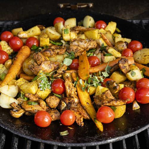 Kananpojan kasvispannu grillissä