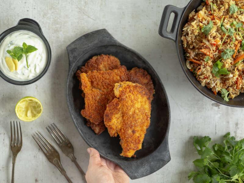 Leivitetyt kananpojan pihvit ja paistettua riisiä