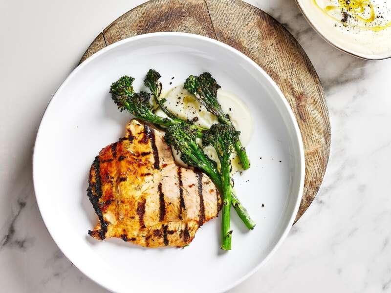 Pariloitua kananpojan fileetä, kukkakaalipyreetä ja broccoliinia