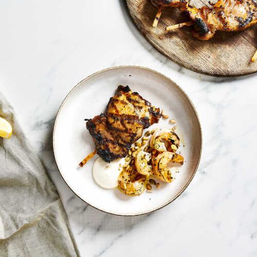 Kananpojan paistia, grillattuja scampinpyrstöjä ja sitruuna-aiolia