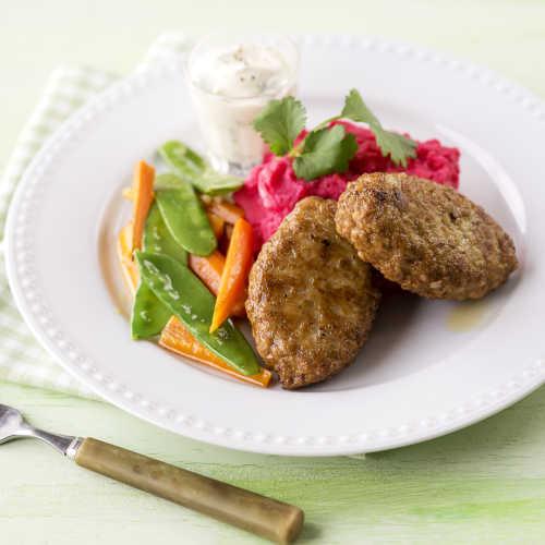 Taskut punajuuri-perunasoseella, kasvislisäkkeellä ja piparjuuri-jogurttikastikkeella