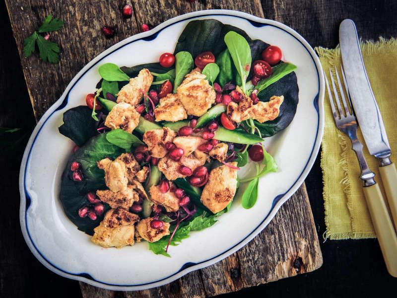 Hunajainen kanasalaatti ja granaattiomena-vinegrette