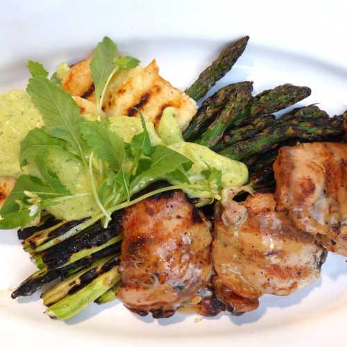 Kanaa ja grillattua parsaa