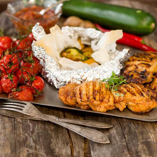 Grillipihvit, kasvisnyytit, grillitomaatit ja raparperihilloke
