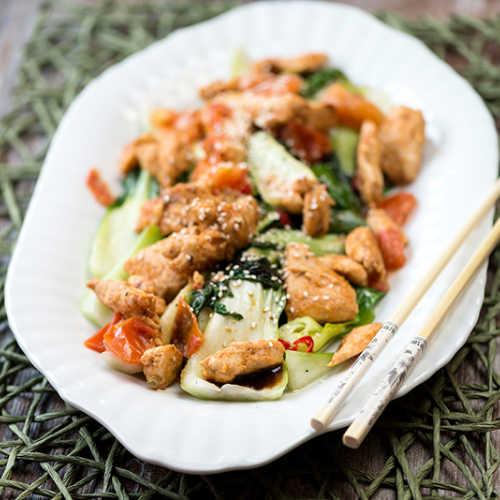 Vietnamilaista kanaa ja kiinankaalia